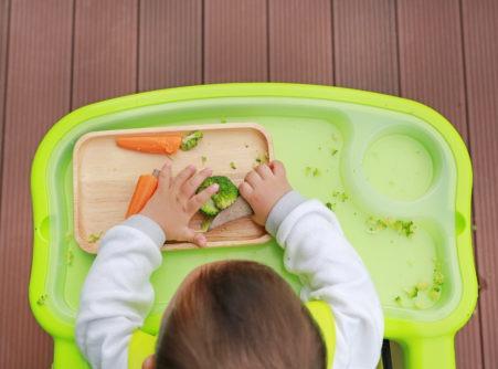 Barnestyrt mattilvenning – å la babyen spise selv