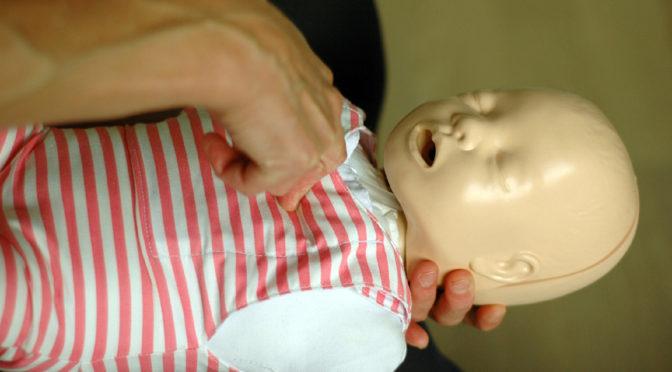 En film om brystkompersjoner ved førstehjelp til babyer