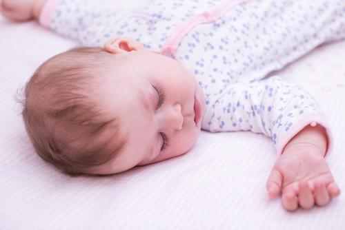 VIDEO: Hvorfor lære babyen å sovne i egen seng