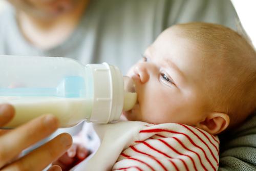 Trenger babyen vann når det er varmt?